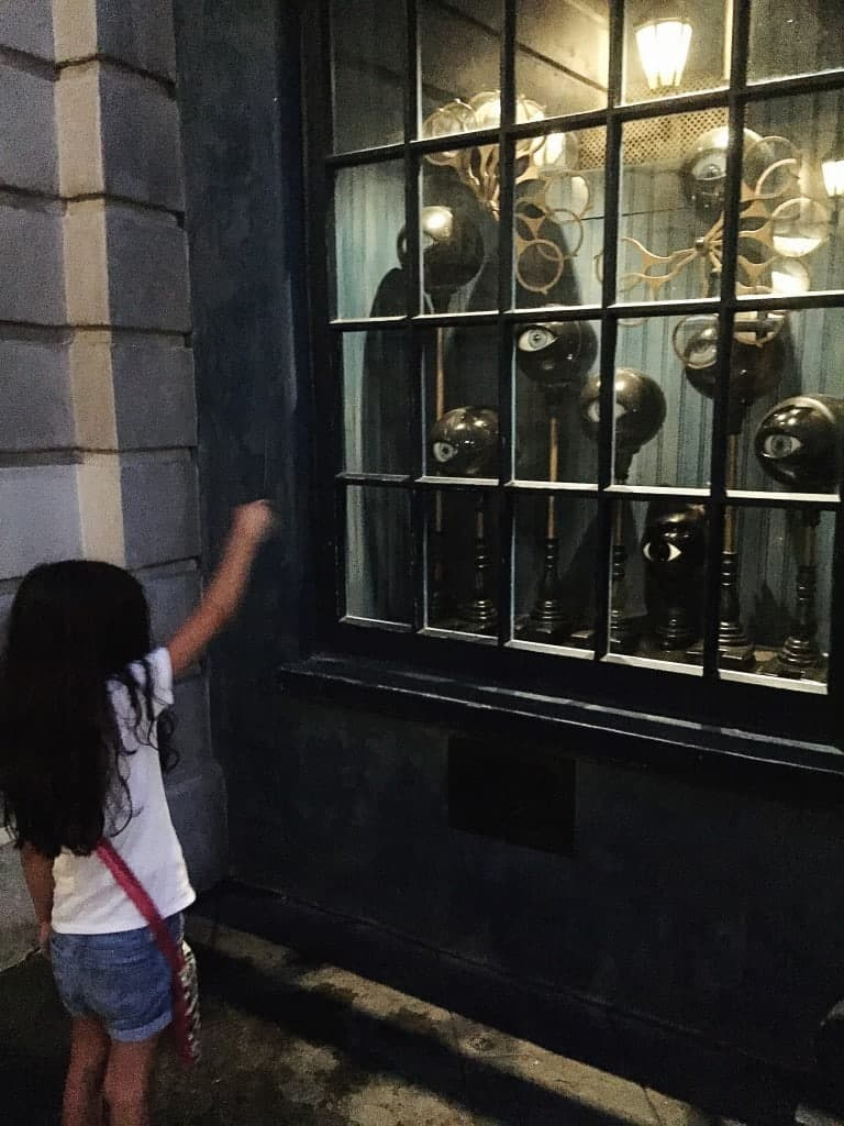 The Must-Dos at Diagon Alley at the Wizarding World of Harry Potter in Universal Orlando. Do you have small kids? No problem! There's plenty for them to do!