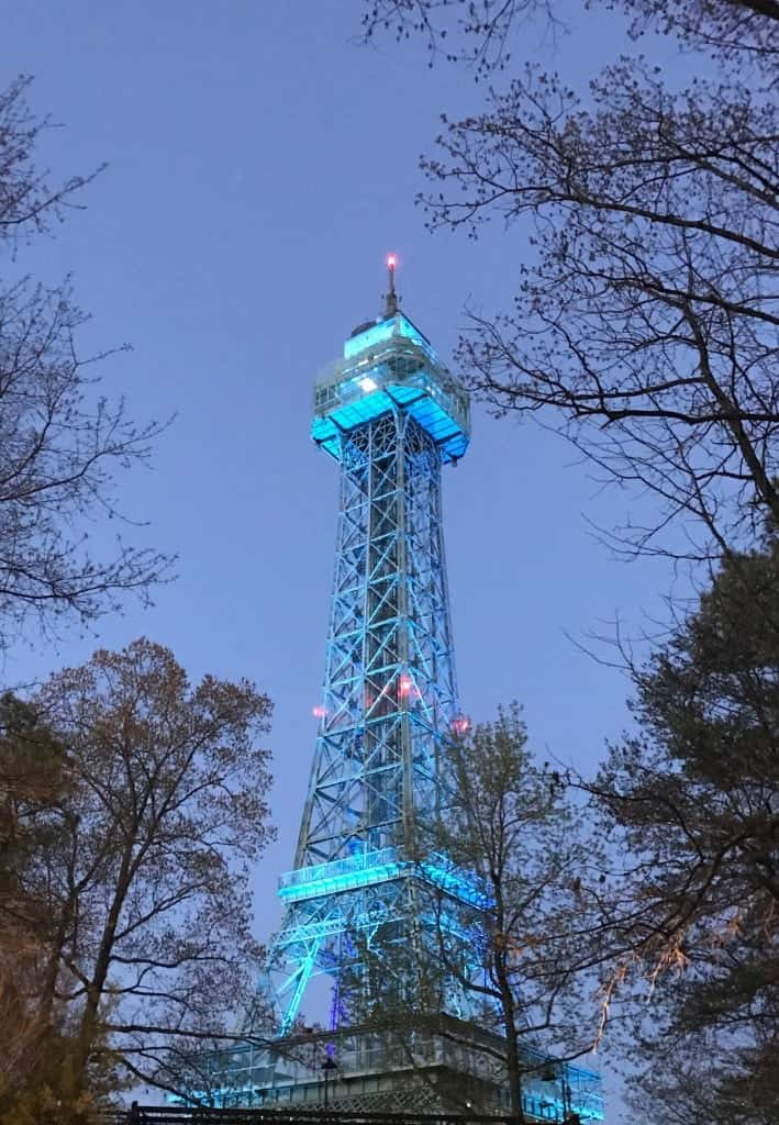 Have a place to meet up like the Eiffel Tower when you travel to Kings Dominion with tweens and preschoolers.