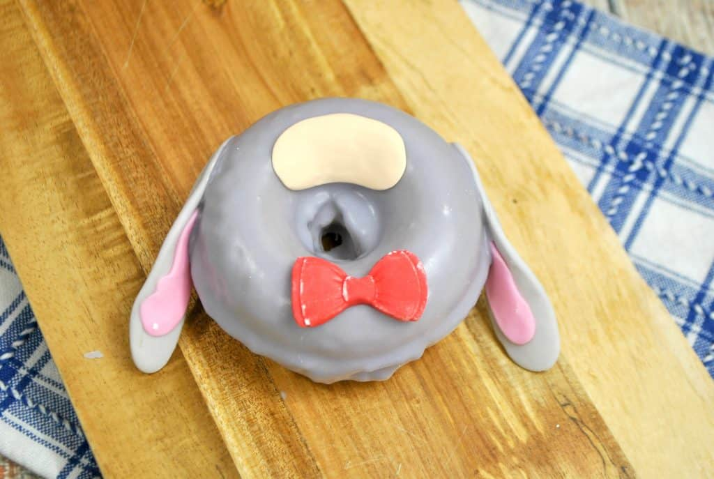 Make these adorable Winnie the Pooh Eeyore Donuts!